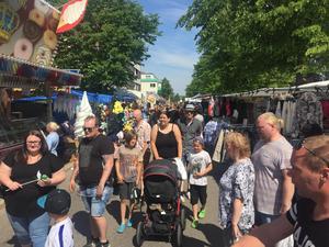 Många människor kom för att roa sig på Ludvikas vårmarknad.