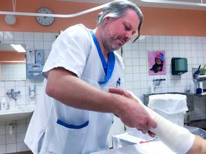 Martin Andersson, verksamhetschef på ortopeden, säger att man genomför 30 operationer under en vecka. Från vecka 14 och fram till sommaren kommer kapaciteten att halveras varannan vecka.