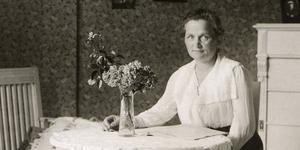 Agda Östlund, Köpingskvinna som blev pionjär i politiken som den första kvinnan att stå i riksdagens talarstol. (foto: Scanpix)