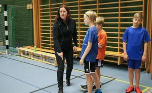 Monika har en genomgång med de yngre grabbarna Albin, Edvin och Gunnar hur övningen går till och hur många gånger de ska göra den.