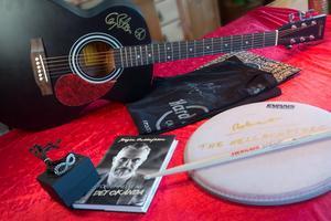 Musiker sponsrade auktionen genom att donera personliga saker till den.