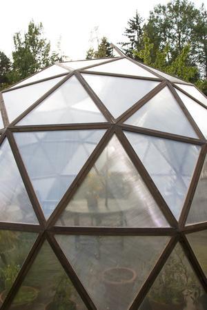 Trianglarna har satts ihop i sexhörningar (som på bilden) och femhörningar som sedan fogas samman för att bilda den speciella globformen.