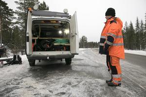 Åsa Mikiasson visar utrustningen som behövs för att bärga tunga fordon.
