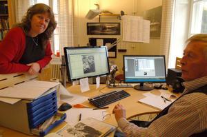 Katarina Nises och Mikael Stålberg scannar in bilder till Orsa kommuns digitala bildarkiv, som finns på www.orsa.se.