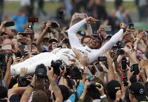 Lewis Hamilton tog sin fjärde raka seger på Sivlerstone.