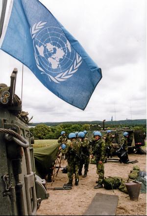 I blåsväder. FN stod länge i svensk opinion för fredsinsatser i blå hjälmar, men i dag finns också en mer kritisk inställning till världsorganisationen