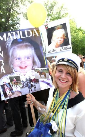 Matilda Forsström hann stanna till för en bild innan det var dags för att vandra genom stan i studentparaden.