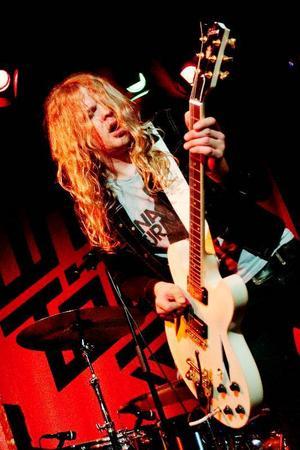 Robert Strängen Dahlqvist, frontperson i Dundertåget, är såväl närvarande sångare som spektakulär gitarrist.