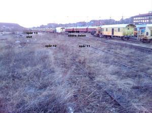 Järnvägsspåren är överväxta och har inte använts på många år.