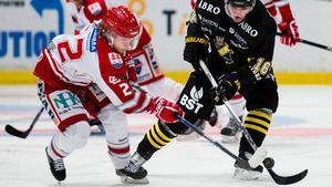 Timrås Emil Berglund och AIK:s Max Lindholm. Bild: Andreas L Eriksson/Bildbyrån