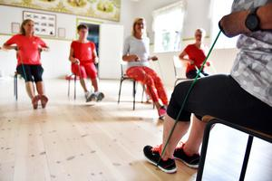 Det är både sittande och stående övningar som väntar för de som besöker bystugan.