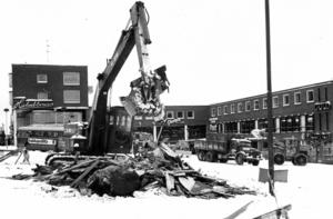 1970-talet var något av ett rivningsdecennium i Sverige, så också i Östersund. På bilden är det den offentliga toaletten på Stortorget som grävskopan tar ner.