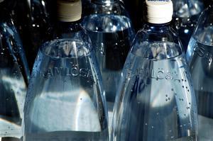Många lägger onödigt mycket pengar på att köpa vatten på flaska.Bild: Hasse Holmberg / TT