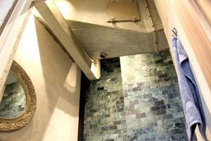 I taket på kundtoaletten finns delar av den gamla bageriinredningen kvar.