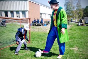 Clownen Daff-Daff var med och lekte under Lekterapins dag.