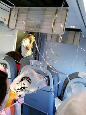 Foto: Lennart Mattsson När kabintrycket föll ramlade syrgasmaskerna ner. Dessa fick passagerarna ha på sig under den tid det tog för flygplanet att dyka ner till 3000 meters höjd.