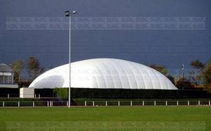 Exempel på så kallad domelösning där en gummiduk monterats över en idrottsanläggning och fyllts med luft. Bilden är hämtad från de kommunala handlingarna