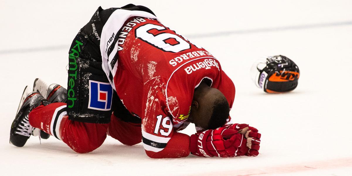 Blev liggande på isen utan hjälm efter krocken – Muzito Bagenda kom tillbaka i  den andra perioden och assisterade kvitteringen
