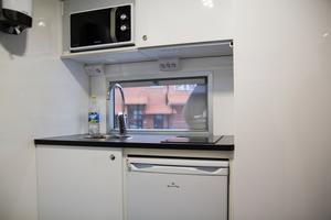 och ett kök med platta och mikro.
