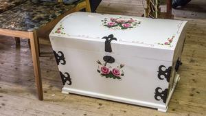 Möbler är svårast att sälja enligt Simon, men saker från 50-talet och porslin är lättare.