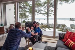 Barnbarnen Milo och Noel vill bli fotograferade av farfar Per Callermo i det arkitekturprisade huset i Sörfjärden, Gnarp.