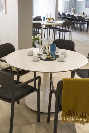 Kopparstaden nyligen helrenoverat den gemensamma matsalen i Smedjan – stillsamt färgsatt i grått och vitt.