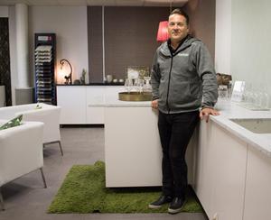 Anders Rönngren poserar vid en av bänkskivorna som ingår i företagets sortiment.