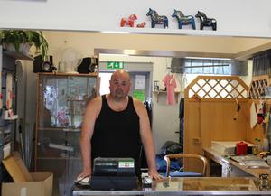 Kim Persson bakom kassan där han numera hör hemma. Återvinningsbutiken har hjälpt honom att hitta ett sammanhang och en tillhörighet. Priset tog han emot tillsammans med sin kollega Joel Söderberg.