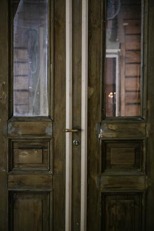 Dörrarna in till vardagsrummet var tidigare ytterdörrar till huset.
