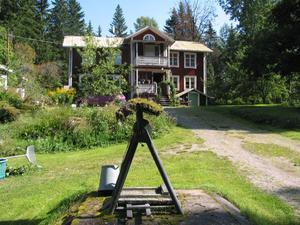 I den här gården bodde den brevskrivande mannen, bara några hundra meter från sin stora hemliga kärlek.