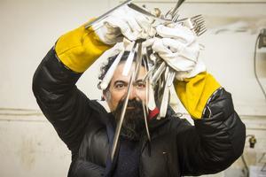 Seywan Saedian har fyndat hundratals bestick på en skrot. Kanske kommer de till användning i hans konst.
