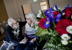 Bengt-Eriks bukett till Svea innehåller rosor. Som alltid genom åren. Rosor till Svea – alltid rosor.