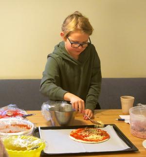 Alicia kombinerar sin Mulle Meck-pizza.