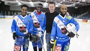 De somaliska landslagsspelarna Abdullahi Osman, Mohamud Abdi och Hassan Farah tillsammans med tv-profilen Fredrik Wikingsson, i samband med att en tv-serie om landslaget hade premiär 2016.
