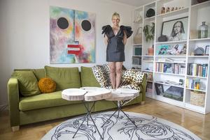 – Jag tänkte hålla lägenheten minimalistisk men gillar kraftfulla ting, säger Johanna Thofelt om stilen i sitt vardagsrum.