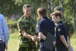 ÖB Micael Bydén hälsar på räddningsledningen Peter Bäcke ochJohan Szymanski.