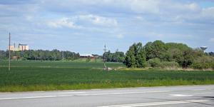 Många av småorterna i Örebro kommun känner sig bortglömda när stora satsningar görs. Bakom fälten, mellan Silorna  till vänster och vattentornet till höger ligger Odensbacken.