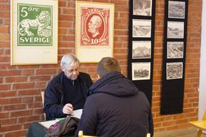 Åke Persson, Bollnäs filateli- och vykortsförening, värderade vykort under Frimärkets dag.