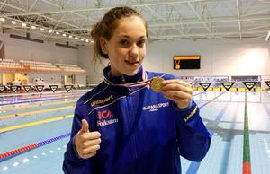 Felicia Andersson med en av henns nio NM-medaljer.
