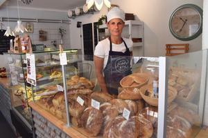 Evelina Borneling bakar flera sorters surdegsbröd men även andra slags frallor och bröd. Flera sorter återkommer varje vecka men hon prövar gärna något nytt dessutom.