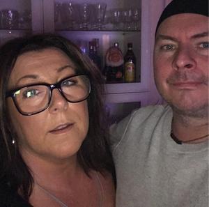 Niklas och Ann Sparby var med om att deras glöggflaska av märket Ernst exploderade i deras vitrinskåp.