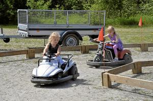 Race. Elvira Olsson och Molly Johansson körde ett par varv med bilen och motorcykeln.