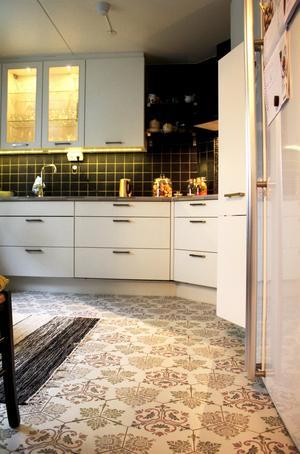 Det vackra marrakech-golvet som går från hallen till köket passar utmärkt och bryter av mot de stilrena köksluckorna.