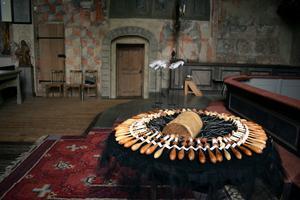 En knypplingsdyna och ett antal tomma broderingsdukar – symboler för livet och döden.