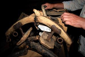 På Birgitta Lillpers gård  finns många föremål som har med hästskötsel att göra.