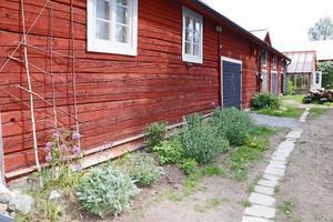 På gården finns en ladugårdslänga men också Kajsas snickeri Kavat snickeri.
