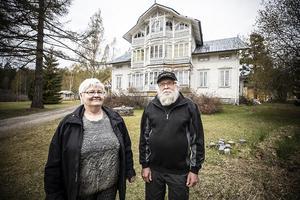 Isabelle Almgren och Karl-Erik Dahlgren framför sitt fritidshus på Strånäset.