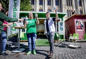 Helena Vilhelmsson och Per-Åke Sörman öppnar Centerpartiets valstuga.