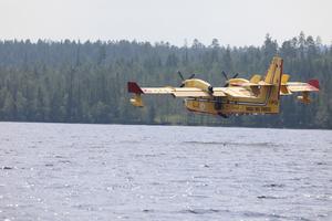 Nu när de italienska brandflygen har lämnat Orrmosjön är helt okej att ta en tur med båten.