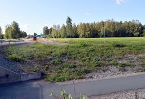 Här, på Högsvedenssidan av E16, mellan gc-vägen och pizzerian, kan det nya demensboendet komma att byggas.